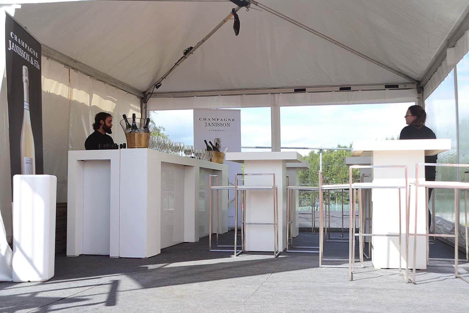 Mise en place de la pagode champagne aux abords du circuit lors des 24H. Organisation par So Event.